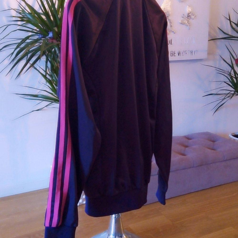 Superfin mörklila Adidas tröja, endast provad så den är helt i nyskick 👌 står storlek L men det är i barnstorlek så den passar för S, finns i Västerås 🌸🌸. Huvtröjor & Träningströjor.