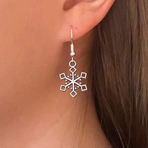 Örhängen i form av snöflingor. Örhängena är nickelfria! Pris: 49 + 11 kr frakt. Finns 2/2 i lager!