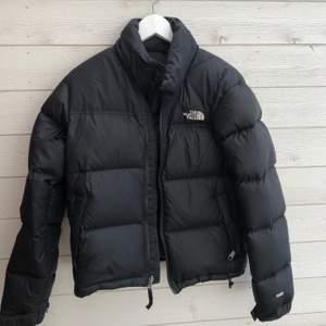 Säljer min North face jacka som köptes för 2 vintrar sen på Jackie för 2800kr. Fint skick, inga defekter. Som helt ny! Jackan är stor i storleken.