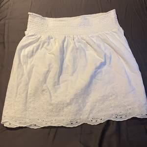 Vit kjol med detaljer från Cubus som är väldigt bra för vår och sommar. Den har används bara en gång för bara några timmar så den är bra form. Priset och mer detaljer kan diskuteras i privat💓🤗