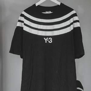 T-shirt med 3 streck runt hela tröjan och y-3 text på framsidan. Använd men i bra skick. Oversize