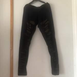 Leggings från Manaka collection. Med unik design mönster på framsidan. Mått: 83 cm. Använd några ggr men är i fint skick, frakt inkl i priset. Jag tar alltid kort innan jag postar.