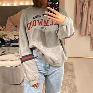 Säljer denna sköna sweatshirt från Pull and Bear💗 Fint skick, snygg till ett par slitna jeans!