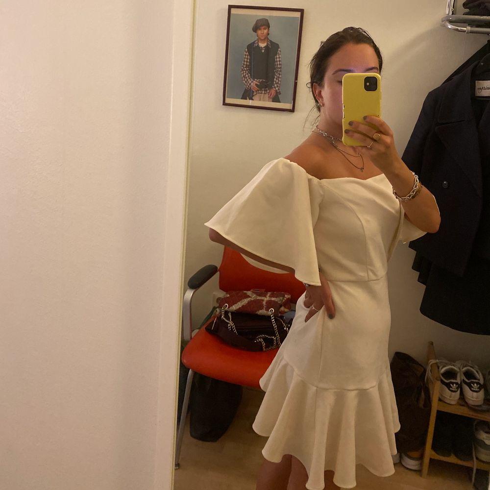 Vit offshoulder klänning från easy wear. Storlek s. 50kr frakt, kan mötas upp i Gbg . Klänningar.