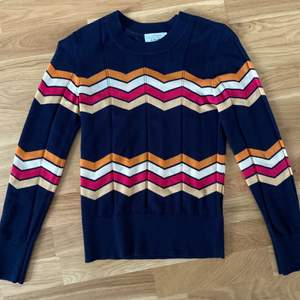 En tunn och skön tröja i riktigt bra kvalité, endast använd 2-3 gånger. Köptes för 590kr i en av deras egna butiker i Stockholm. Frakt 42kr☺️