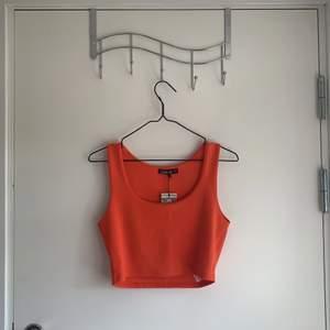 Orange croptop från Boohoo! Aldrig använd. Liten i storleken. Skulle uppskatta att den är S/M och inte M/L som det står. Fri frakt!