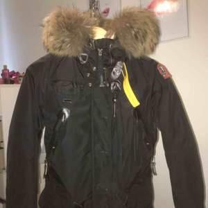 Säljer min parajumper pågrund att köpte fel storlek. Köpte jackan från NK i Göteborg för 9999kr. Säljer för 3000kr, priset kan även diskuteras!