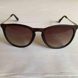 •Bruna och guldiga ramar med bruna linser  •Solglasögon i bra skick •Okänt märke• RayBan-liknande•