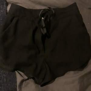 """Superfina """"kostym"""" shorts. Högmidjade och väldigt bekväma. Funkar till både stranden och finare tillfällen"""