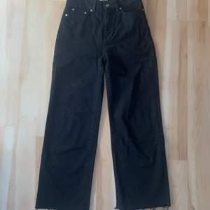 Superfina svarta vida jeans. Strl S. 100kr + 88kr frakt. Fint skick.