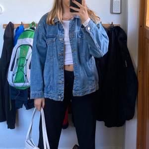 Säljer den här coola jeansjackan då den inte riktigt kommer till användning! Den är i nyskick och nästan aldrig använd. Den Är i storlek xs och är oversized på mig som brukar ha xs-s. Säljer för 150! Frakt tillkommer om du inte kan mötas upp i stockholm!💗💗💗