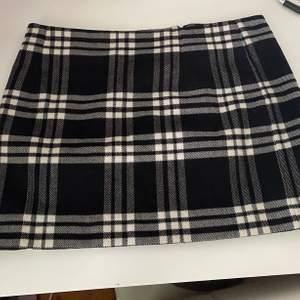 En fin kjol från Gina Tricot i storlek 38/M! Lite kortare i modellen, passar så fint till hösten! Använd 2 ggr endast