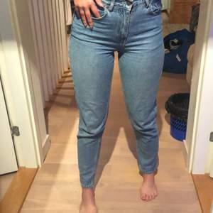 Trendiga straight jeans från Nelly. Beroende på vilken passform man önskar kan de passa S/M, men XS skulle nog även funka fast med ett skärp. GRATIS FRAKT💜De är väldigt bekväma och i gott skick! Kontakta vid frågor💓