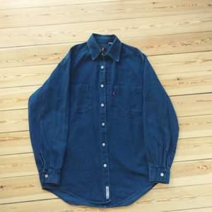 Pris är diskutabelt. Levi's vintage jeansskjorta i mycket fint skick. Så himla skön och fin blå färg.