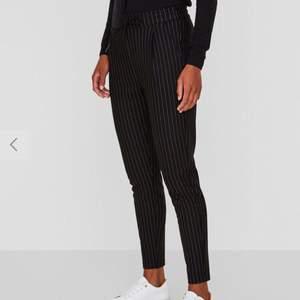 Randiga kostymbyxor i stretchigt material. Supersköna och snygga! Frakt tillkommer.
