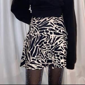 handsydd zebra kjol sydd utav en begagnad zebra klänning! (finns även en matchande topp att köpa) modellen är en XS och är 165cm🦓