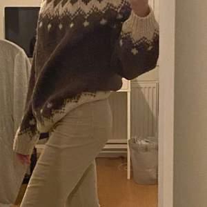Skit cool stickad tröja, perfekt nu till vintern. Jag är cirka 169cm och den passar väldigt stort och snyggt. Passar både killar och tjejer. Den är någorlunda stickig men går att lösa med en tröja under. BUDA i kommentarerna😁 bud just nu: 130kr