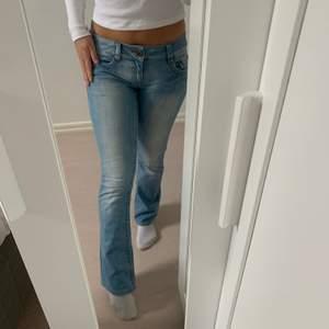 Ett par gamla jeans, använda 1 gång. Finns ej i butik pga gammal modell. Lågmidjade och passar fint till min längd (163cm).