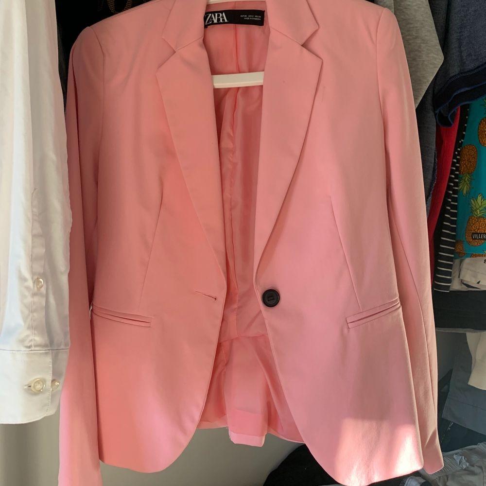 Rosa kavaj från Zara. Köpt här på Plick men jag har endast använt den en gång. Superfint skick. Jättefinfärg!. Kostymer.