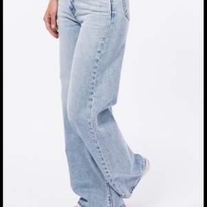 Säljer mina vida ribcage wide Levis jeans. Extremt snygga o lätta att styla och knappt använda. Har växt ur dom och kan knappt få på mig dom längre. Är långa på mig som är 176cm. Ord. Pris 1250kr