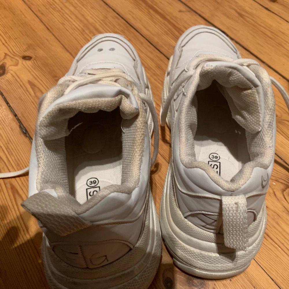 Använda men i bra skick. Helt nytvättade nu. Har målat lite på dem. Storlek 39, passar mig som brukar pendla mellan 38/39. Kan mötas upp vid Fridhemsplan eller skicka dem, men köparen får stå för frakten.. Skor.