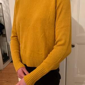 Gul stickad tröja i storlek S. Använd ett fåtal gånger.