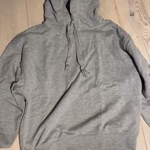 Säljer min gråa hoodie som aldrig kom till användning.. använd kanske två ggr. Från nakd
