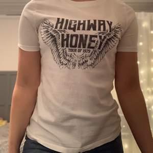 T-shirt med tryck från Gina tricot, fint skick. 50kr eller bud