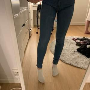 Blåa Dr. Denim jeans. Köpta på Dr. Denims egna butik i Göteborg. Modellen heter Lexy och färgen är Atlantic blue. Använda ett fåtal gånger men är i fint skick! Byxorna är i storlek 36 men passar också för en 38 då de är väldigt stretchiga. Nypris: 600 kr