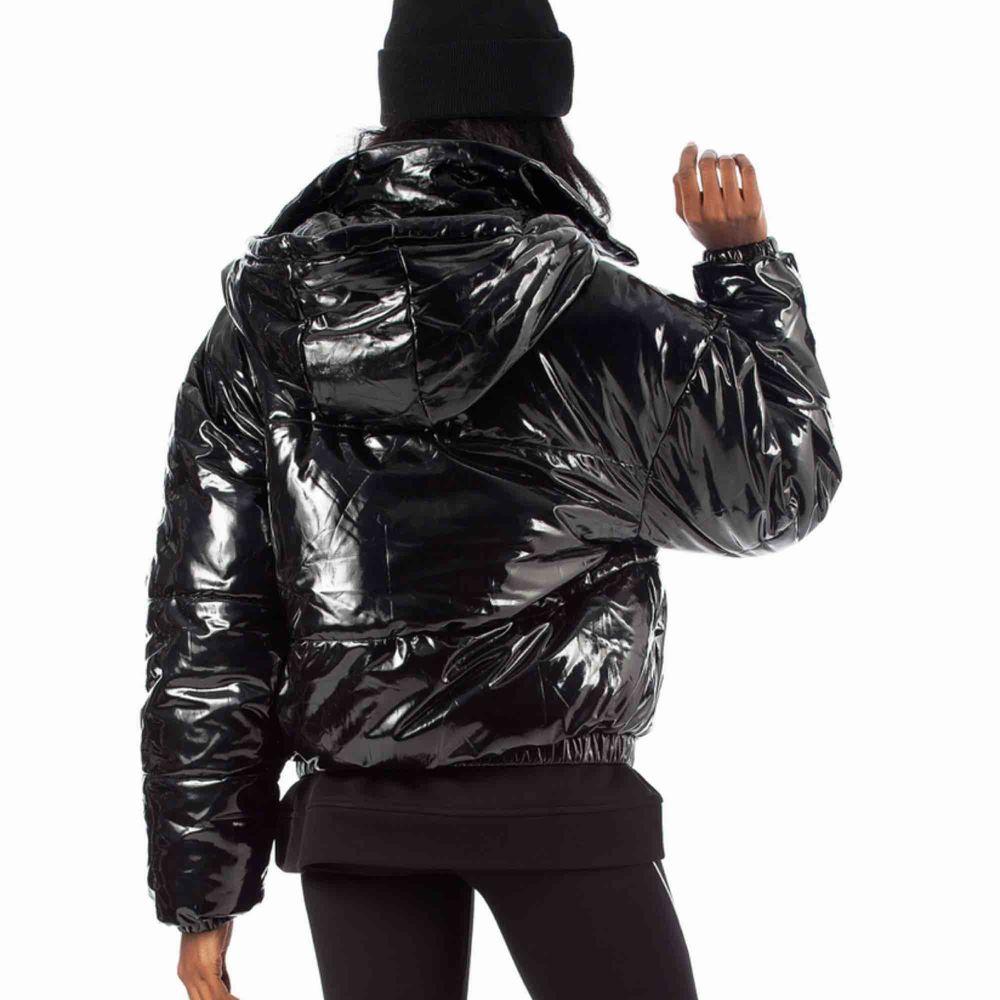 Snygg svart glansig jacka från ellesse Lagom varm Lite kortare i modellen  Säljer pga använder aldrig  Köpt för 1299kr på junkjard Använd ett fåtal gånger men har inga märken eller repor, som ny Slutsåld överallt . Jackor.