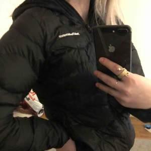 Vår/höstjackan från Peak performance inköpt hösten 2018 och använd en säsong. Säljer pga att jag köpt en ny jacka. Jackan har ett litet hål under armen men absolut ingenting som man lägger märke till.