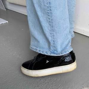 Skor med kardborreband i lack, använda ett fåtal gånger dock är sulan lite missfärgad pga solljus