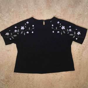 T-shirt med mönster på ärmarna från H&M.  Kan mötas upp alt. skicka.