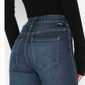 Jätte bekväma jeans från märket Dr Denim som tyvärr är för små för mig. Använda 2 gånger så i nyskick. Nypriset är 500 kr, säljer mina för endast 150 kr!! (Bilderna är lånade från Nelly.com men egna bilder går sjävklart att få vid förfrågan.) ❤️