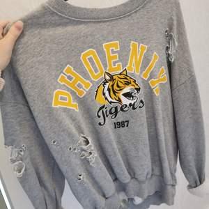En tröja med hål i från Gina Tricot. Sparsamt använd. 50kr+frakt❤️