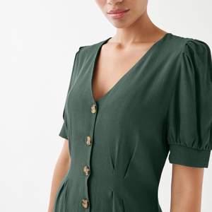 En jättefin klänning med knappar fram! Knappt använd!