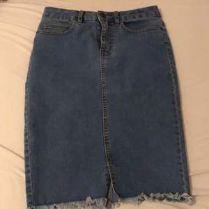 En jeanskjol från vero Moda som inte går till användning längre