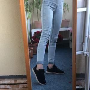 Jeansen är hyfsat använda och är i ganska bra skick