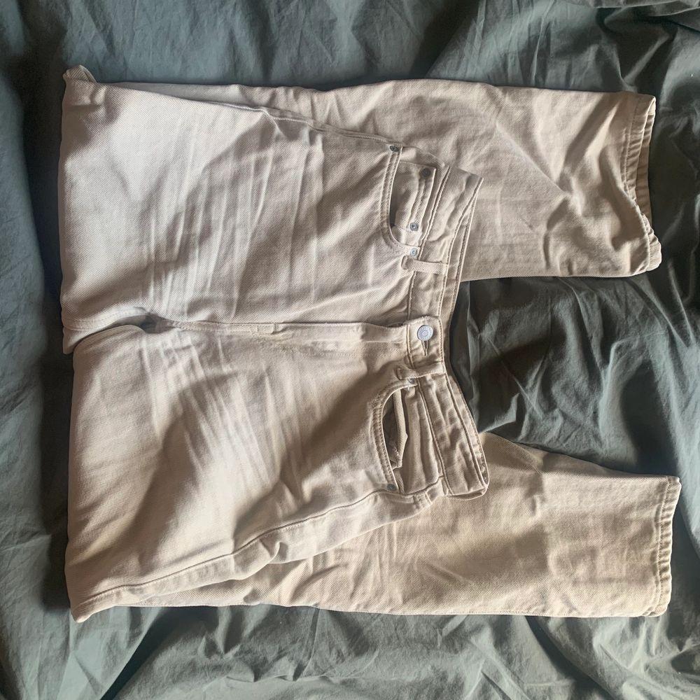 Sitter otroligt skönt, mjuka jeans typ. Använda fåtal  gånger♥️ formar rumpan sjukt bra! Storlek 26/30! Nypris: 599. Jeans & Byxor.