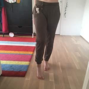 Low-rise bruna sweatpants. Jätte bekväma. Fråga om det är något :)