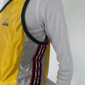 Retro adidas linne, med logo längst midjan, köpt på humana! Fraktar för extra kostnad 🦋