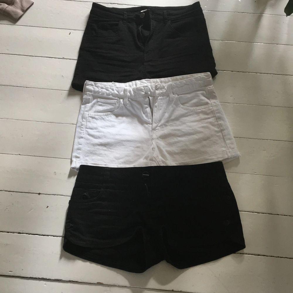 2 Shorts från H&M & 1 från Gina. Strl 36. Fint skick. Priset är inklusive frakt. . Shorts.