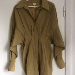 Fin senapsgul/beige klänning från hm. Endast använd en gång så den är i bra skick. Köparen står för frakten