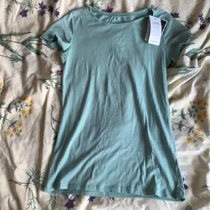 Aldrig använd t-shirt med prislappen på, kommer ifrån Kappahl, storlek XS. Frakten kostar 18 kronor.