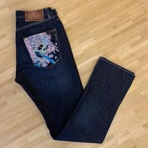 Ett par skit feta helt nya ed Hardy jeans fickorna är broderade skriv vid frågor/ köp, kom med bud!! Skriv    Bud i kommentererna, om ni vill köpa direkt skriv till mig så löser vi det!😊 passform raka