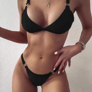 Säljer detta helt nya bikinisett ifrån Shein, säljer pga att den var lite liten för mig. Storlek S från hemsidan men passat även XS, den är justerbar, 150kr (frakten ingår i priset)
