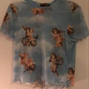 säljer denna sååå fina tröjan som är super poppis just nu!! tröjan är från bershka och är använd fåtal gånger. passformen är ganska tajt. frakten med spårbart är 66 kr, som köparen står för.