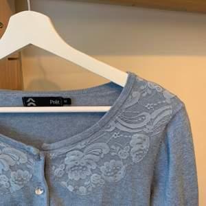 En fin blå tröja, använd några få gånger, säljer pga att jag rensar min garderob. ordinarie pris: vet inte  Storlek: m Hör av er vid intresse eller för mer bilder♡  Pris är exklusive frakt. Frakt kostar 44kr