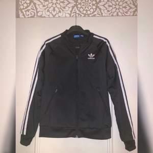 Säljer en Adidas kofta som är svart!! Knappt använd och som ny. Köptes i Adidas original butik i Berlin för ungefär 700-800 kr. Storleken är S. Säljer den för 200 kr