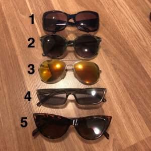 Snygga solglasögon, de föesta är helt oanvända. 40kr/st<3